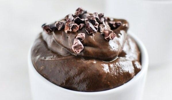 Proteinreiches Schokoladenmousse mit Erdnussbutter
