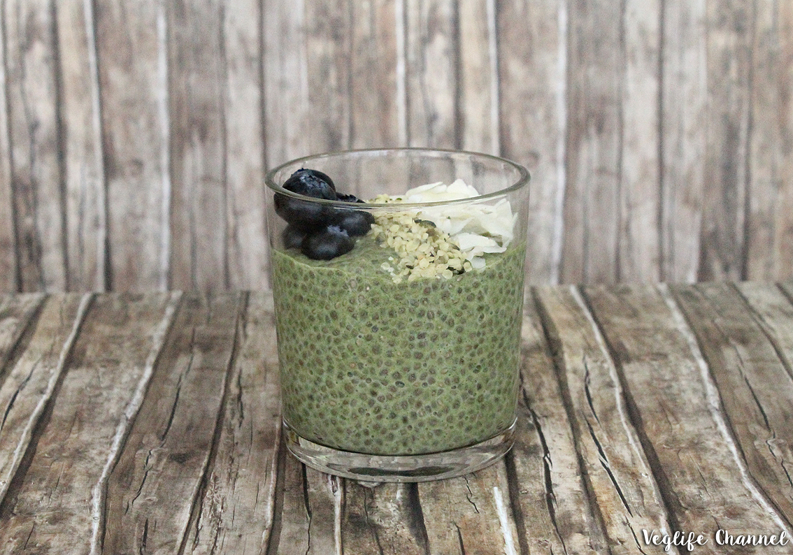 Chia-Pudding mit Moringa & Blaubeeren