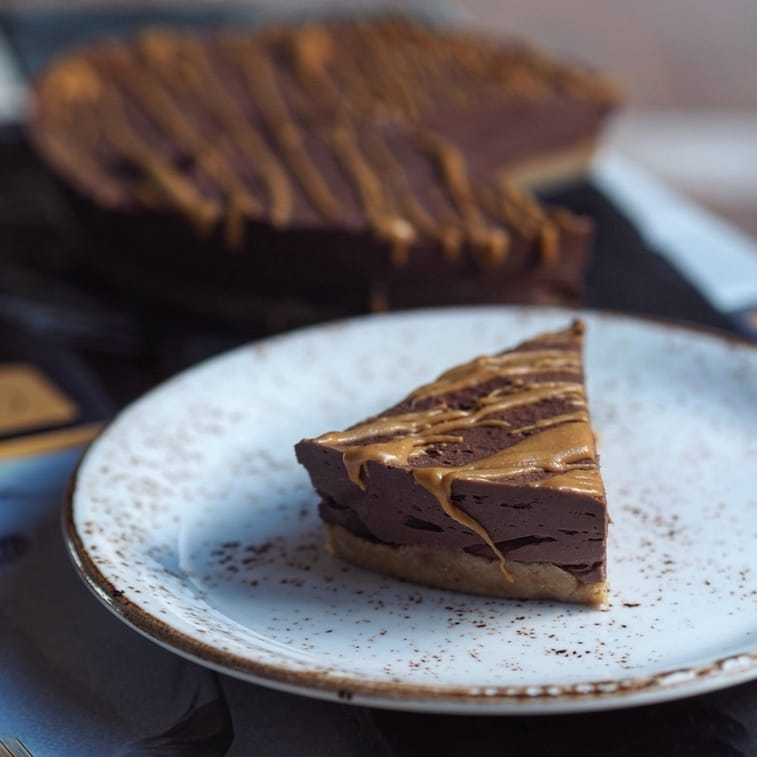 Ein Stück Schokoladen-Erdnussbutter Cheesecake