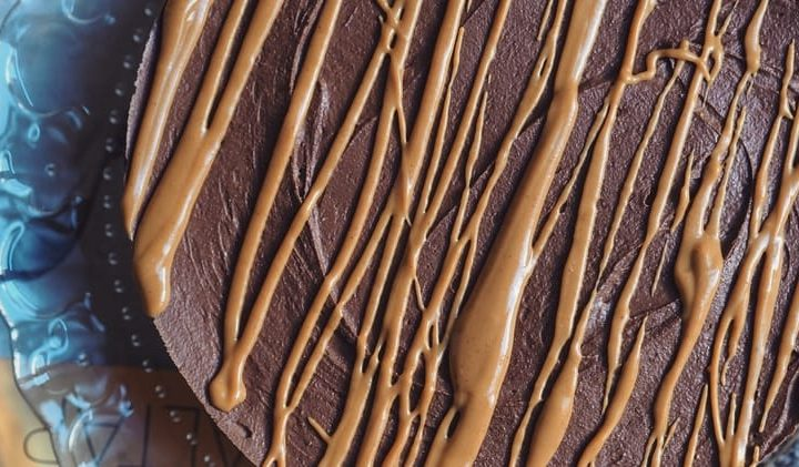 Schokoladen-Erdnussbutter Cheesecake: der ganze Kuchen