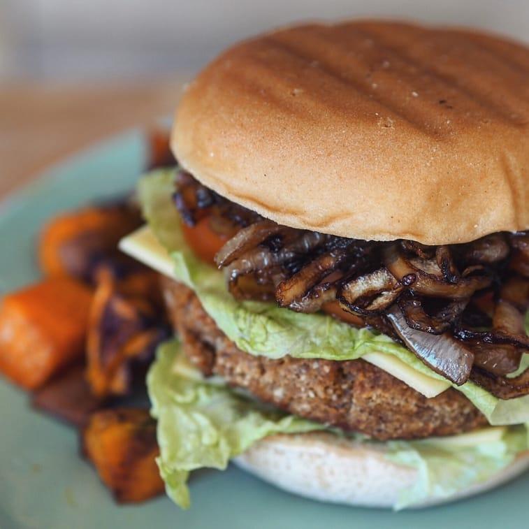 veganer Burger mit Zwiebeln