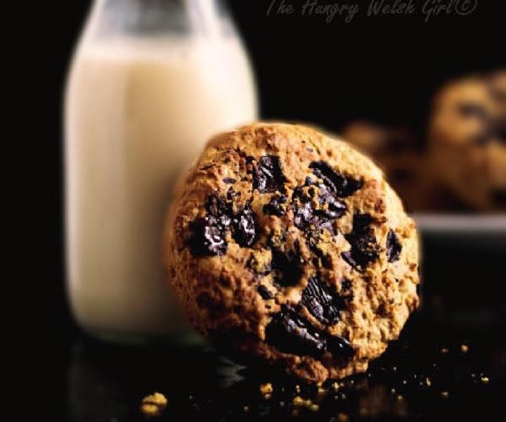 Vegane mit Erdnussbutter gefüllte Chocolate Chip Cookies