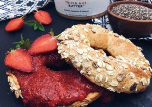 Proteinbagel mit Chia-Erdbeer-Marmelade und Nussmuss