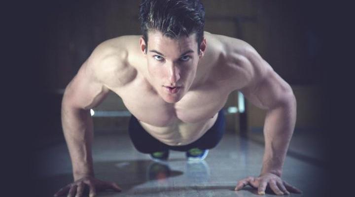 Træn mere – voks mere! Et fantastisk værktøj til at skrue op for udbyttet af træningen er at skrue op for træningsfrekvensen; altså hvor ofte du rammer hver muskelgruppe! Og nej, du skal ikke være bange for hverken overtræning eller overbelastning – hvis du gør det rigtigt er det nemlig en utroligt effektiv træningsform, der kan booste både muskelmasse og styrke! Et af de elementer omkring styrketræning, der har været genstand for flest holdningsændringer gennem tiden er uden tvivl træningsfrekvensen. I de gode gamle dage trænede man tradionelt en muskel tre gange om ugen. I de senere år har tendensen til gengæld været, at man kun træner en muskel én gang om ugen, hvilket ses i de klassiske 5-splits, der er meget populære i disse dage. På det seneste er en ny bølge dog begyndt at vælte indover fitnessmiljøet, nemlig højfrekvensbølgen! [BILLEDE 1] Inspireret af nogle af verdens bedste atleter De ekstremt dygtige norske styrkeløftere var nogle af de første til at dyrke denne træningsform, hvor man ikke bare træner samme muskelgruppe 2-3 gange om ugen, men op mod seks gange om ugen! Og resultaterne har været ekstremt lovende! I bodybuildingsammenhæng har den populære Chad Waterbury talt for samme tilgang i flere år, og flere og flere af tidens succesrige naturlige bodybuildere er også hoppet med på bølgen. Tankegangen er, at ved at træne den samme muskelgruppe oftere, så holder vi også proteinsyntesen, der er den proces der er ansvarlig for opbygning af muskelmasse, aktiv hele tiden. Derudover træner vi de samme bevægelser oftere, og får dermed trænet den specifikke aktivering i præcis disse øvelser, hvilket vil gøre os bedre til at udføre dem. Skal man træne på denne måde, skal det naturligvis planlægges rigtigt. Man kan ikke bare tage sine normale træningspas og udføre dem endnu flere gange. Træningen skal tilpasses således, at man tager den samlede mængde træning, man laver om ugen, og fordeler den over flere træningspas, i stedet for at lave det hele på én eller to
