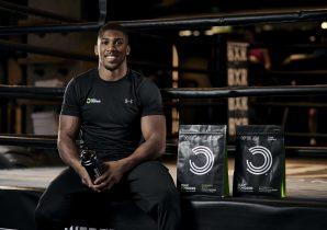 Anthony Joshua, verdensmester i sværvægtsboksning og Bulk Powders atlet, sidder med Bulk Powders produkter