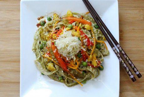 Fettuccine proteiche con verdure e salsa al burro di mandorle