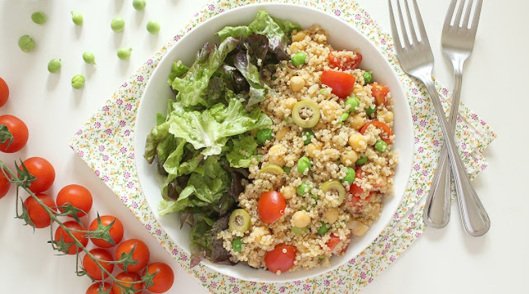 Insalata di quinoa su letto di gentilina