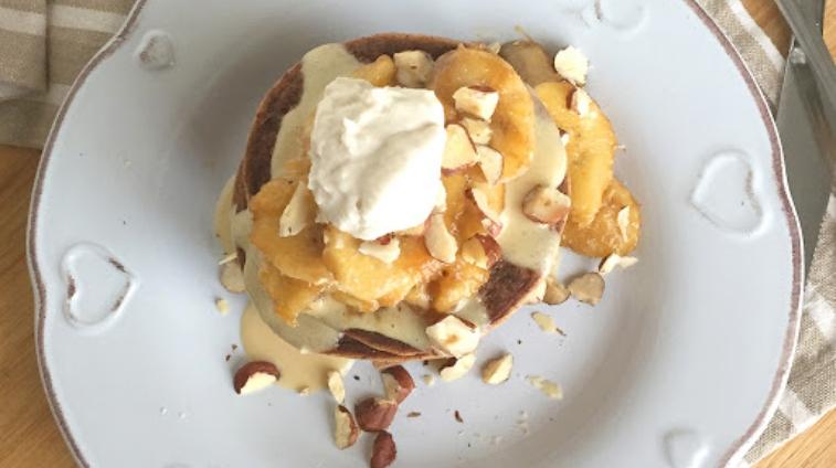 Pancakes proteici con salsa al burro di mandorle e banana caramellata