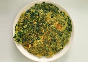 Uma alternativa às omeletes de claras de ovos - Frittata de espinafres