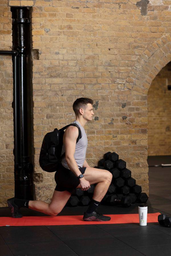 backpack reverse lunge step 3