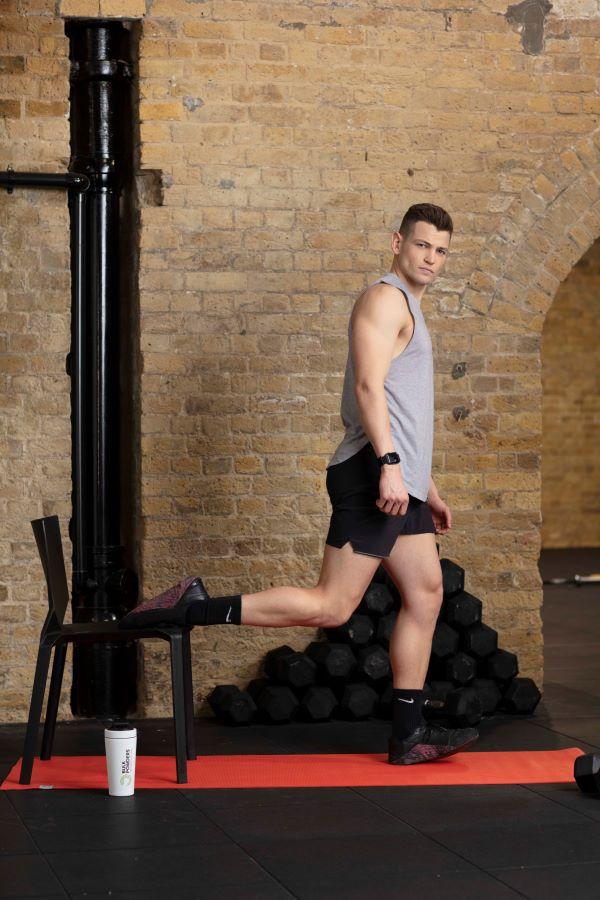 chair-bulgarian-split-squats-step-1